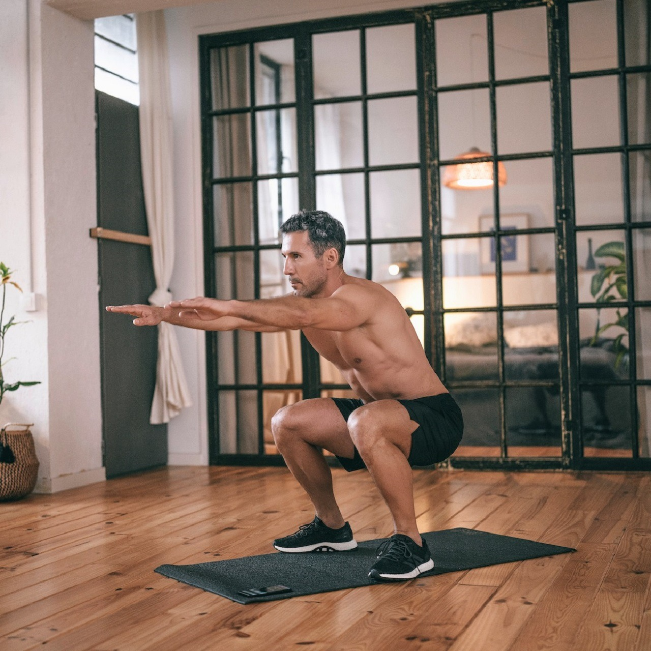 un homme faisant du squat