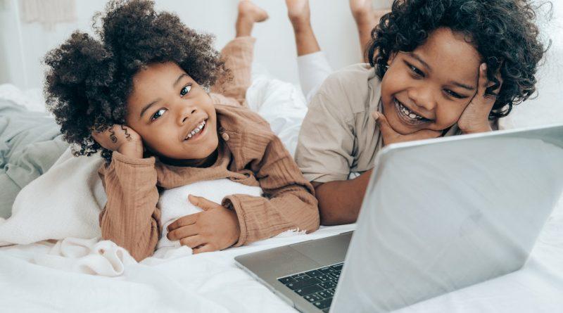 Enfants regardant la télévision